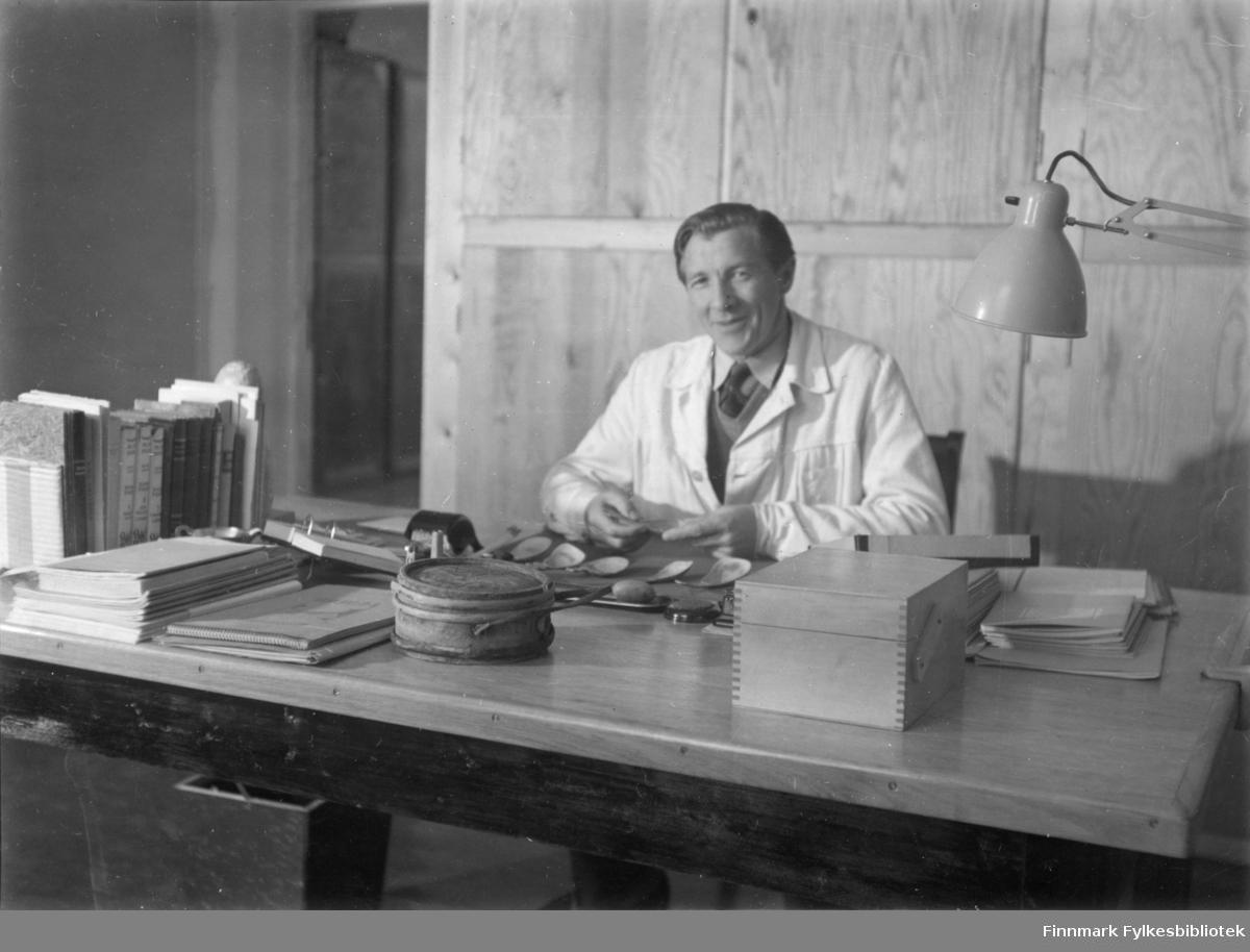 Portrett av lektor Ørnulf Vorren.  Olaf Hoel (1903-1970) var den første rektoren ved fylkets første gymnas Finnmark off. Gymnas i Alta i årene 1948-1952. Kjell F. Hoel har gitt en liten bildesamling etter sin far fra hans tid i Alta til Finnmark fylkesbibliotek. Olaf Hoel gjorde en pionerinnsats for skolen under gjenreisningen av landsdelen etter krigen.