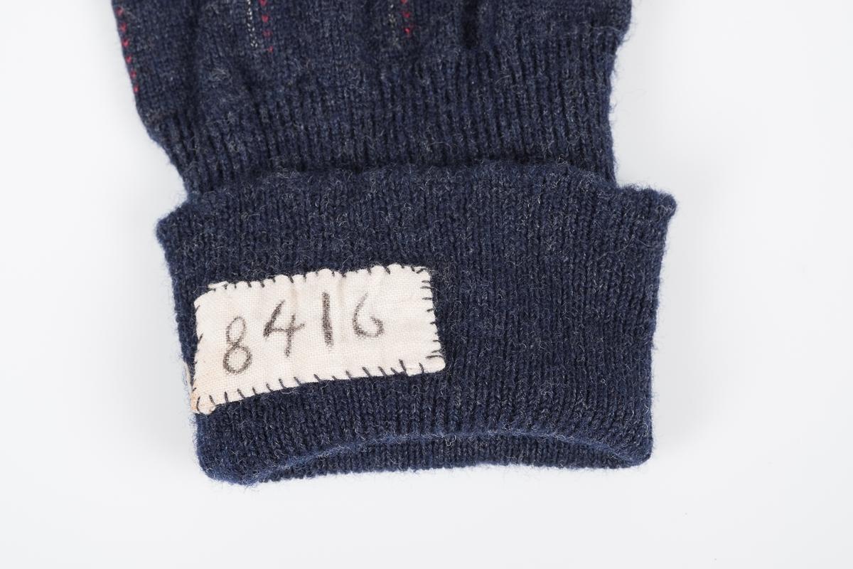 Mørkeblå høy sokk, med grå detaljer og røde og hvite striper. Sokken er meget godt brukt og stoppet flere ganger. På innsiden øverst er det sydd inn en lapp med fangenummeret 8416, som identifiserer sokken som Erich Mønnichen Plahtes.