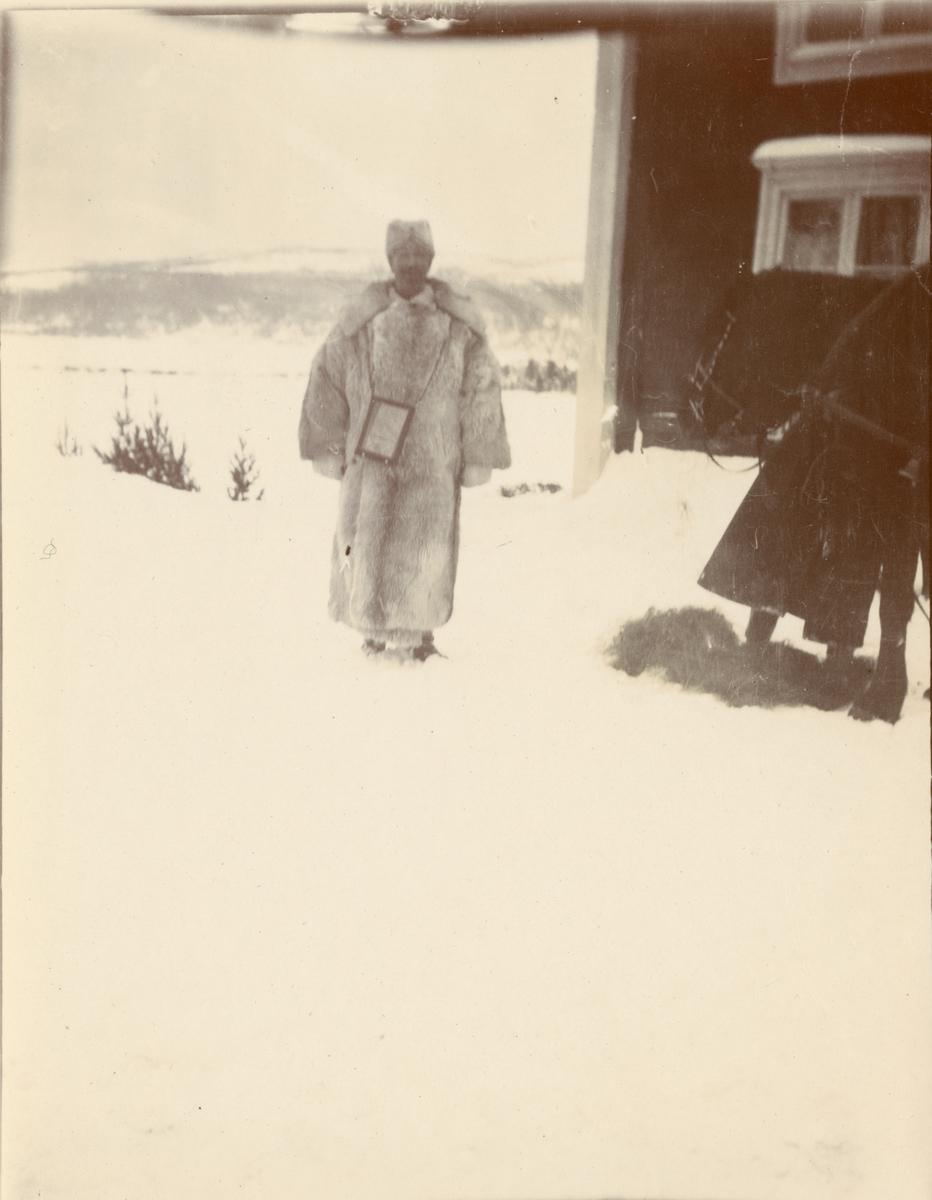 Officerare från Smålands husarregemente K 4, vinterövning i Norrbotten omkring 1910.