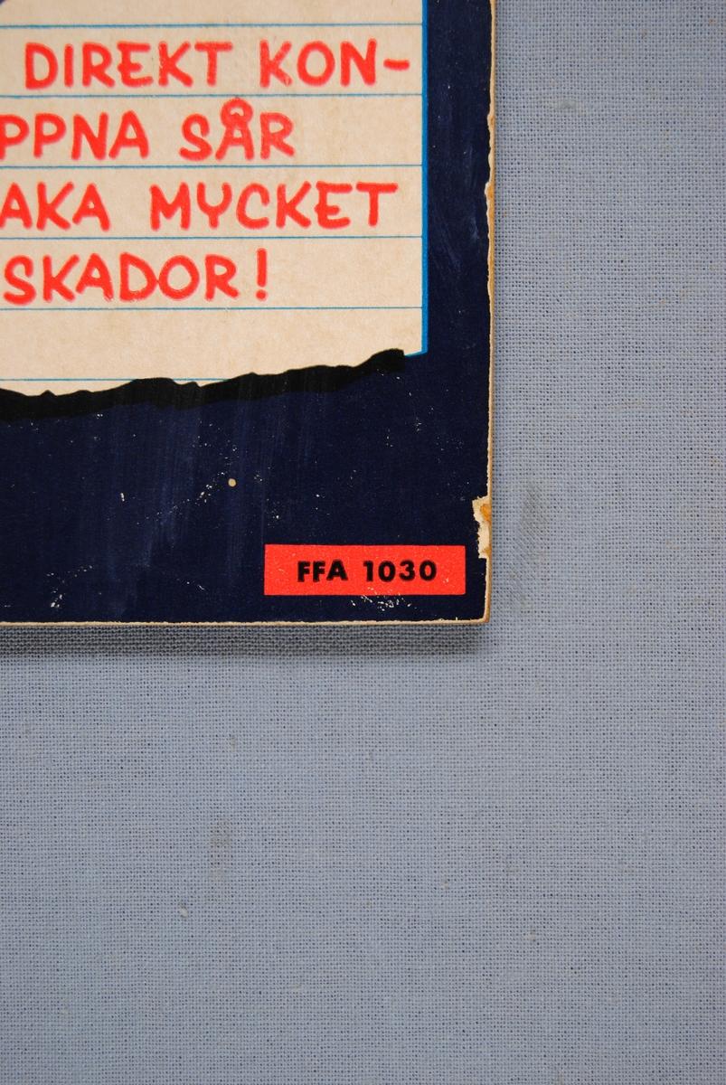 """Varningsskylt som består av en pappskiva monterad på en träfiberplatta.  Motivet på varningsskylten är en handskeklädd, blå hand med konturer i en ljusare blå färg. Handen håller i en lång röd slang, vars öppning är riktad mot betraktaren. I slangens öppning finns texten: """"TRYCKLUFT VARNING !"""", tryckt i blått. Skyltens bakgrund är mörkblå.  Längst ned i skyltens vänstra hörn finns en illustrerad, gulvit, avriven anteckningslapp med texten: """"TRYCKLUFT I DIREKT KONTAKT MED ÖPPNA SÅR KAN FÖRORSAKA MYCKET ALLVARLIGA SKADOR!"""", tryckt i rött.   Högst upp i höger hörn finns texten: """"T.Hermansen"""", tryckt i blått. Längst ned i vänster hörn finns texten: """"FFA 1030"""", tryckt i svart. Texten är tryckt i en liten röd rektangel.  Historik: FFA står för Föreningen för arbetarskydd, som idag (2017) kallas Arbetsmiljöforum. Föreningen bildades 1905 av yrkesinspektören Thorvald Fürst tillsammans med framåtsträvande eldsjälar (bland andra prins Eugén). Föreningen för arbetarskydd startades för att främja ett säkert arbetsliv.   Föreningen för arbetarskydd började arbeta med att förhindra olyckor och dödsfall i industrin. Detta gjordes genom spridning av information, utställningar med skyddsutrustning och utgivningen av den egna tidningen. Det första numret av tidningen kom ut 1913, under namnet """"Arbetarskyddet"""".  Föremålet förvärvades när några av EuroMaints lokaler i Gävle skulle tömmas för uthyrning."""