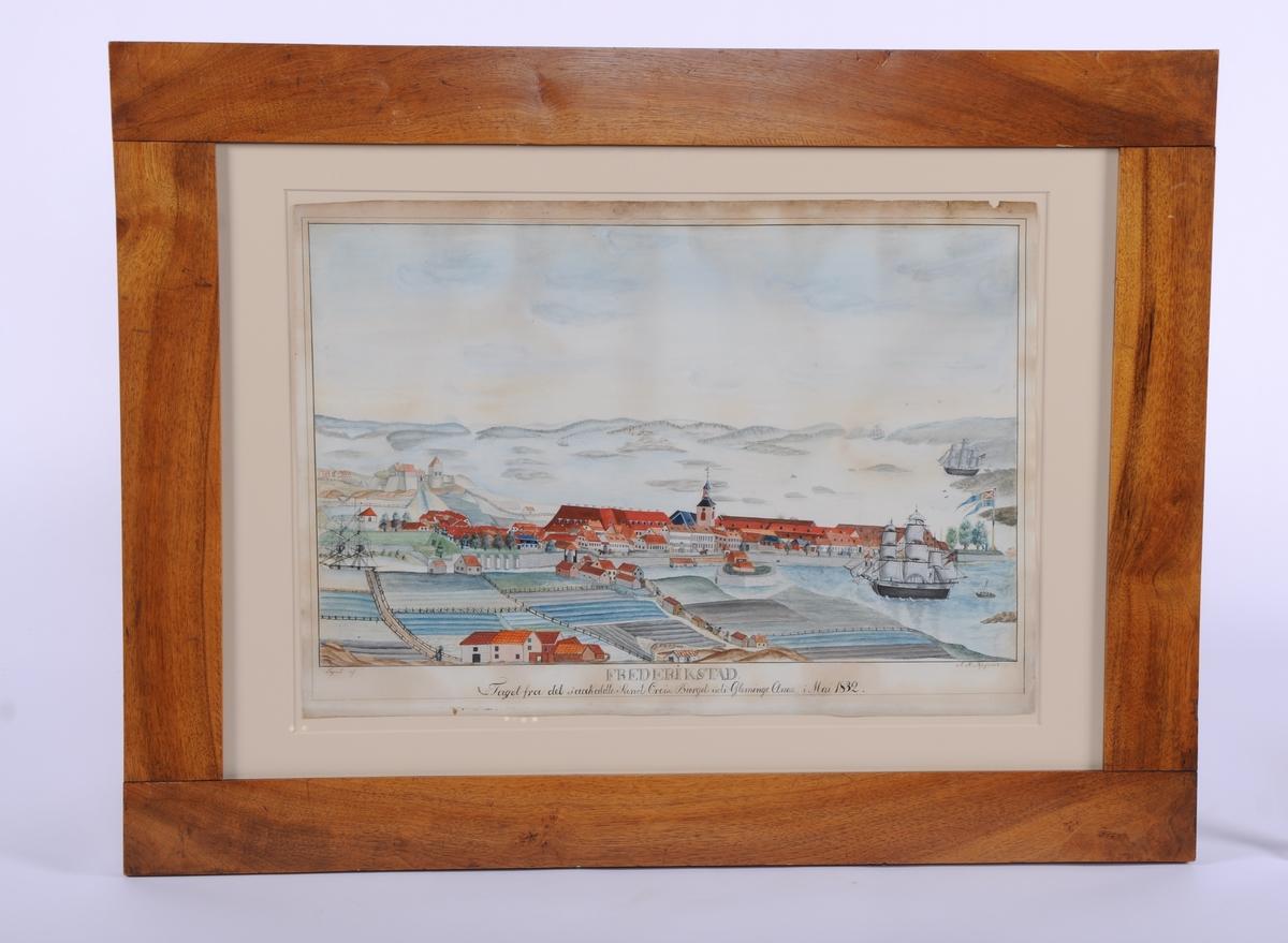 Fredrikstad.  Motivet malt fra St.Croix. Østsiden langs elven med Kongsten fort i bakgrunnen. I fremre del av bildet hus og jorder. Isegran, seilskuter.