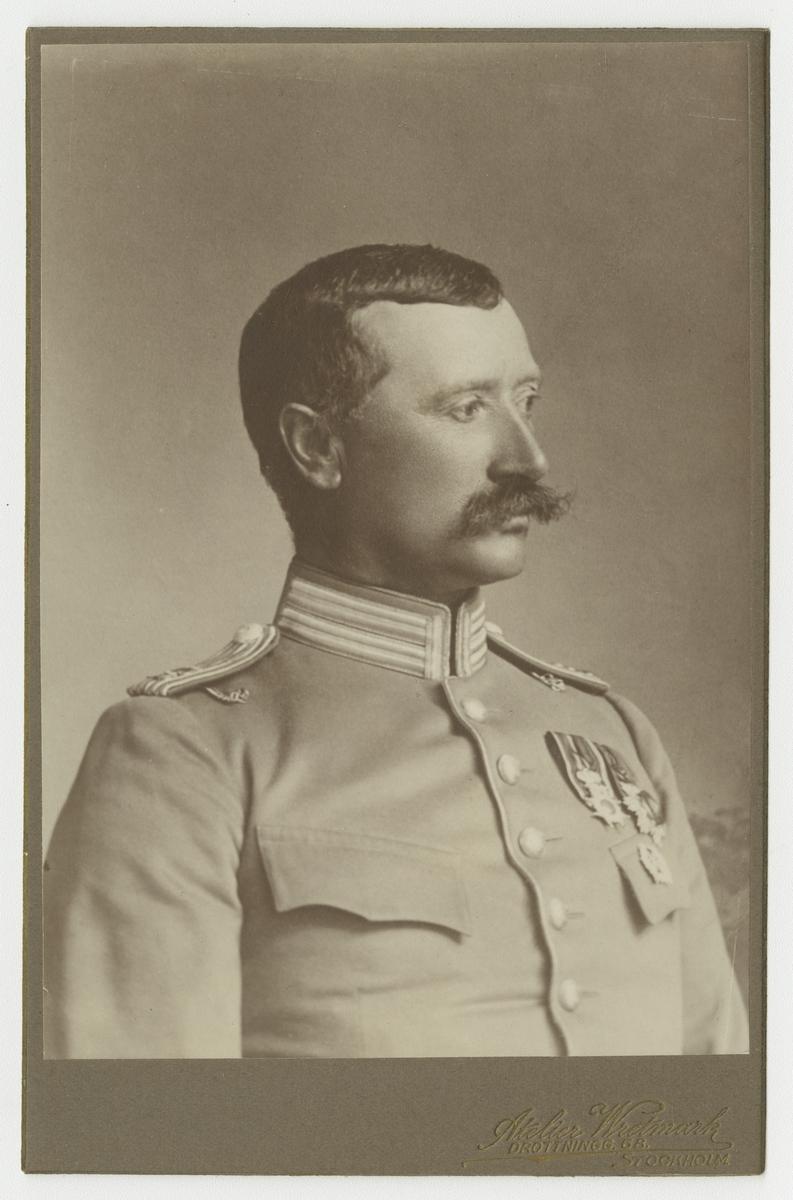 Porträtt av Gerhard Sjödin, fanjunkare vid Livgardet till häst K 1.