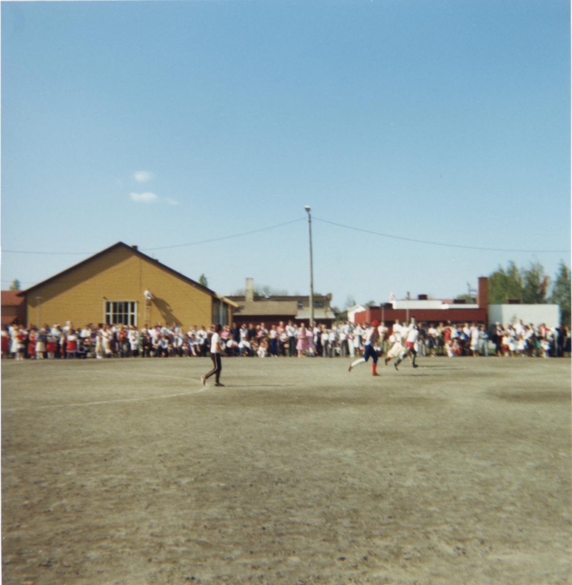 Fotballkamp mellom lærere, elever og foreldre på Gjerdrum barneskole. 1979-80.