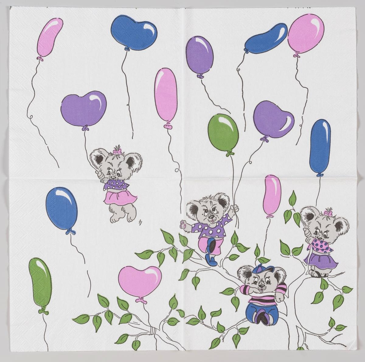 Fire teddybjørner som svever og står øverst i kronen på et tre omgitt av ballonger.