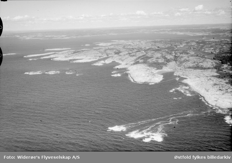 Oversiktsbilde fra Akerøy, Hvaler, datert 24.juli 1948. Flyfoto/skråfoto.