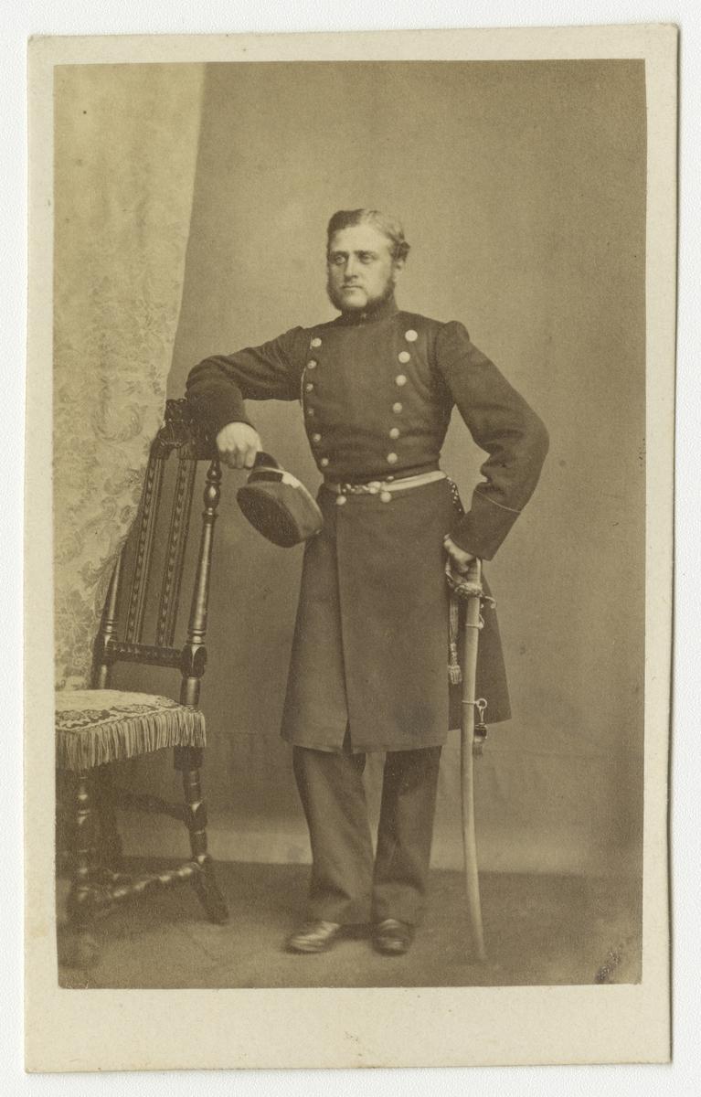 Porträtt av Gustaf Israel Lyström, underlöjtnant vid Västgöta regemente I 6. Se även bild AMA.0007888 och AMA.0008011.