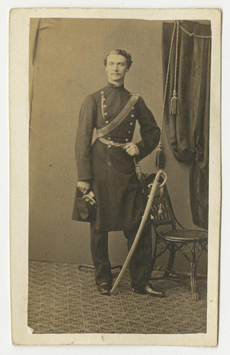 Porträtt av Lars Samuel Oscar Jonsson, underlöjtnant vid Göta artilleriregemente A 2.  Se även bild AM.0002376.