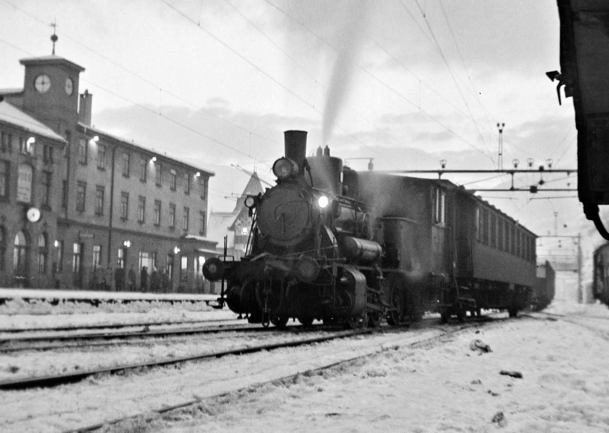 Damplokomotiv type 25d nr. 424 og en personvogn på Voss stasjon.