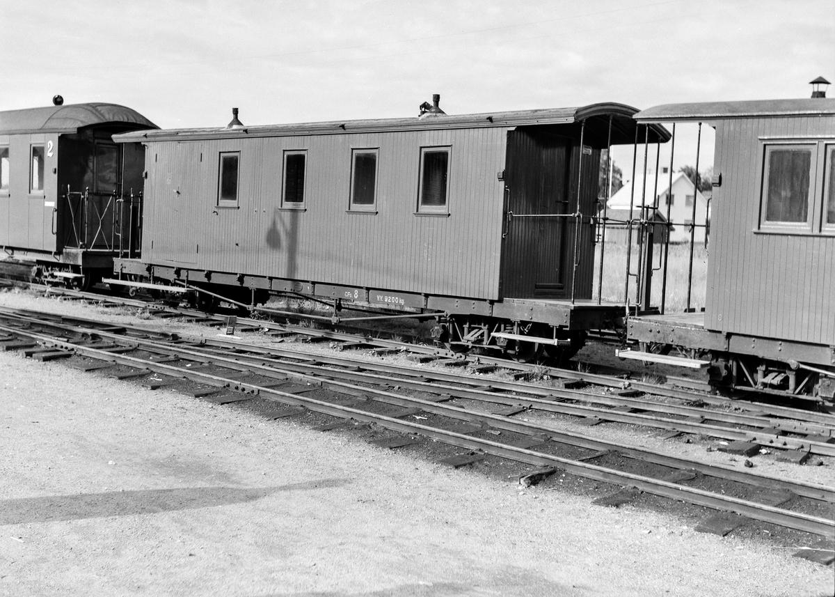 Hensatte personvogner i spor  2 på Bjørkelangen stasjon.