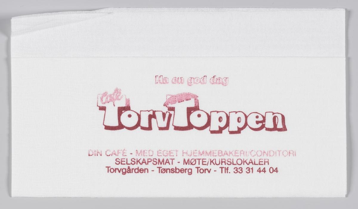 En reklametekst for Torvtoppen i Tønsberg og kjøttprodukter fra Skjeggerød A/S med en tegning av en gris.   Torvtoppen Cafè lå i Torvgården i Tønsberg. Driften opphørte i 2009.   Skjeggerød er et varemerke innenfor slaktevarer. Varemerket eies av Fatland, som er et familieselskap, eid av familien Fatland. Rasmus Fatland startet med slakting ca. 1892 i Vikedal, og flyttet senere til Oslo for å selge kjøtt for slaktere i Sunnhordland og på Jæren. I dag er fjerde generasjon Fatland eiere.  Samme reklame for Torvtoppen og Skjeggerød på MIA.00007-004-0185.