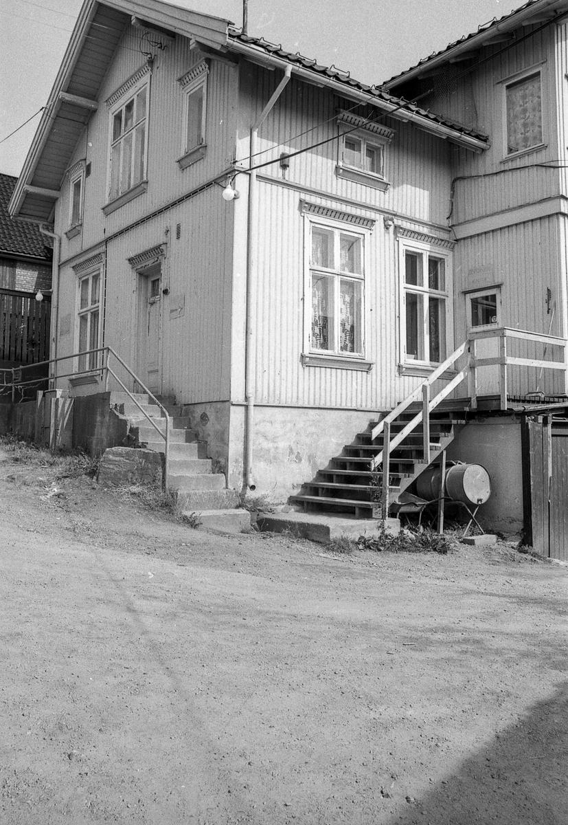 Sveitserhuset på Hvistendaltomta med mutrapp og parafintønne under trappen.