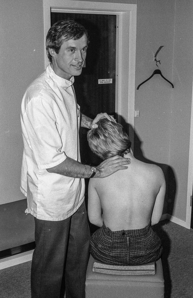 Kiropraktor Halvor Sørbye i Follo Kiropraktorsenter demonstrerer hvordan korigere rygglidelser, pasienten på benken.