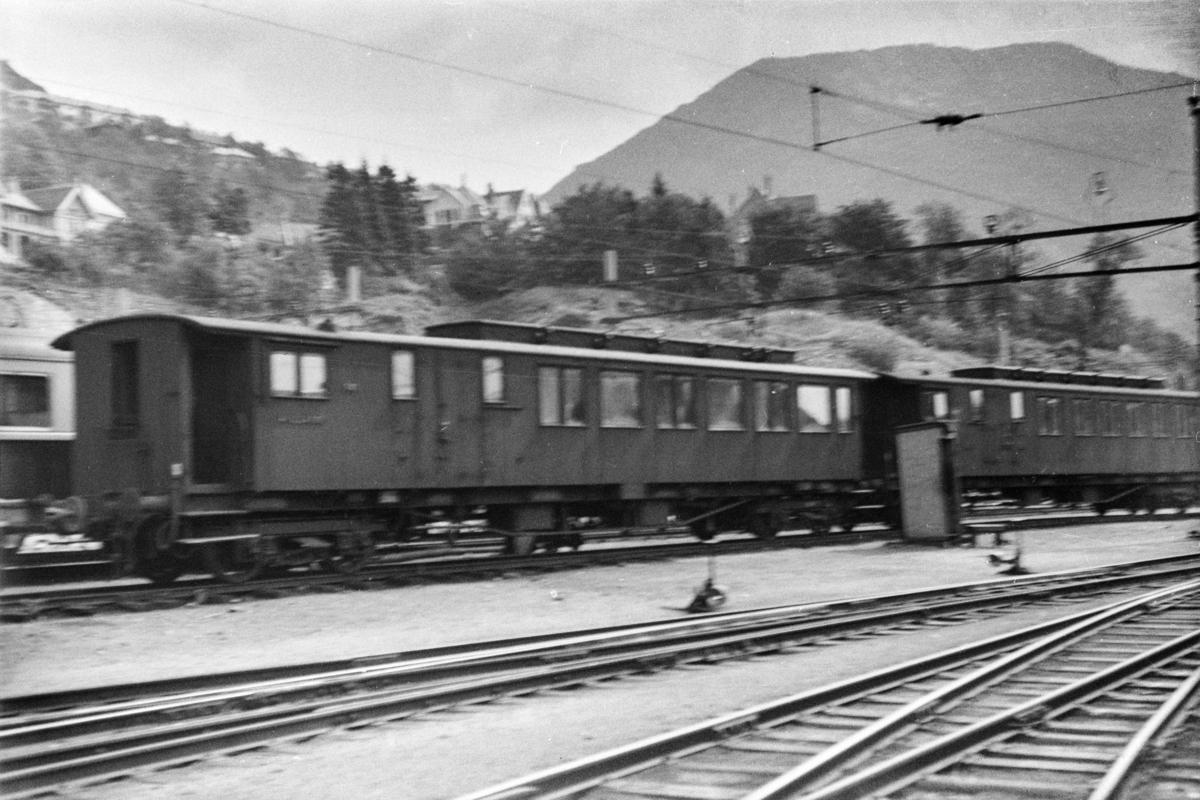 Person-, reisegods- og konduktørvogn litra  BFo2b type 3 nr. 940 (til venstre) og BFo2b type 1 nr. 965 på Bergen stasjon.