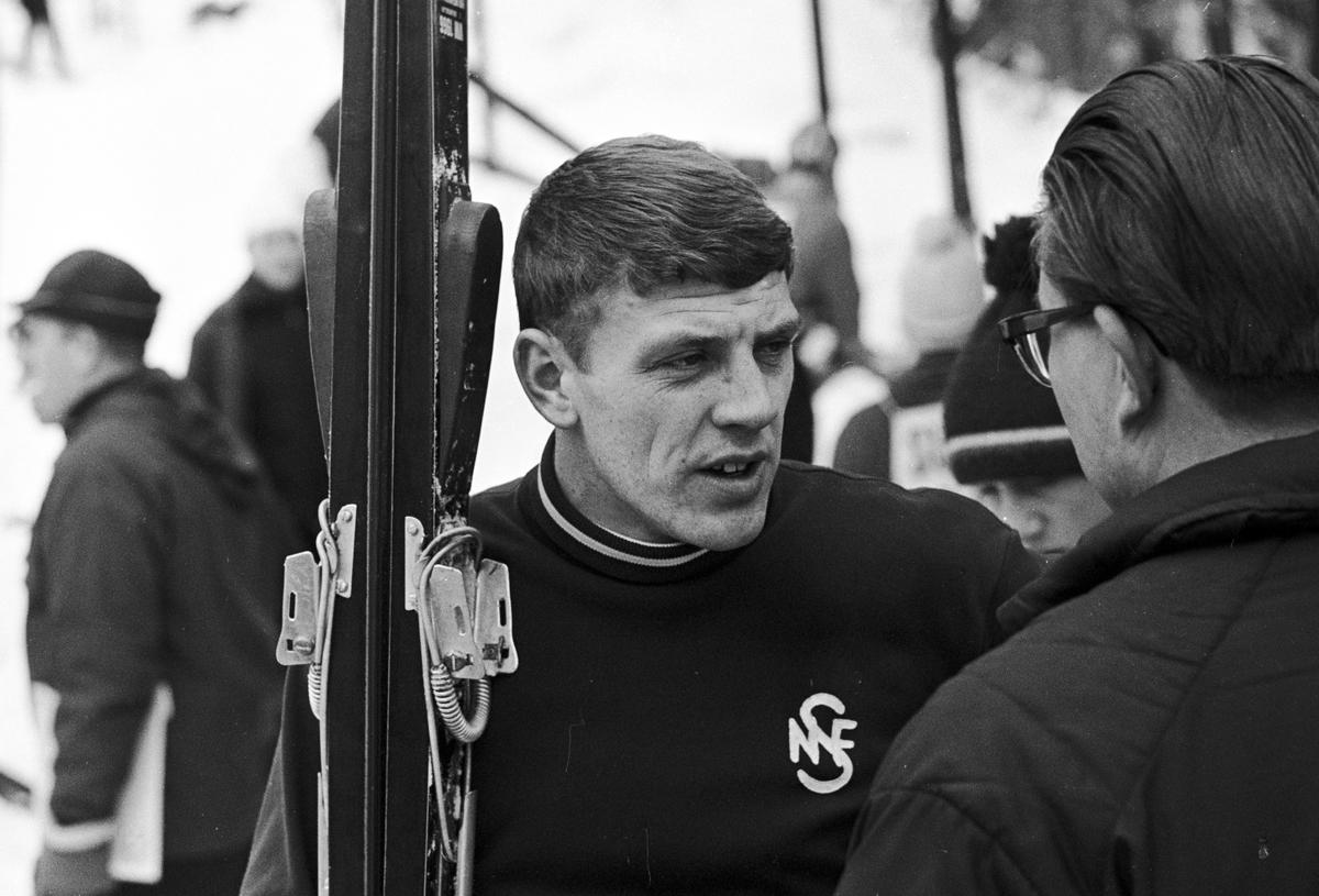 Lars Grini snakker med en mann, NM i hopp for junior, Midtstubakken. Fotografert februar 1969.