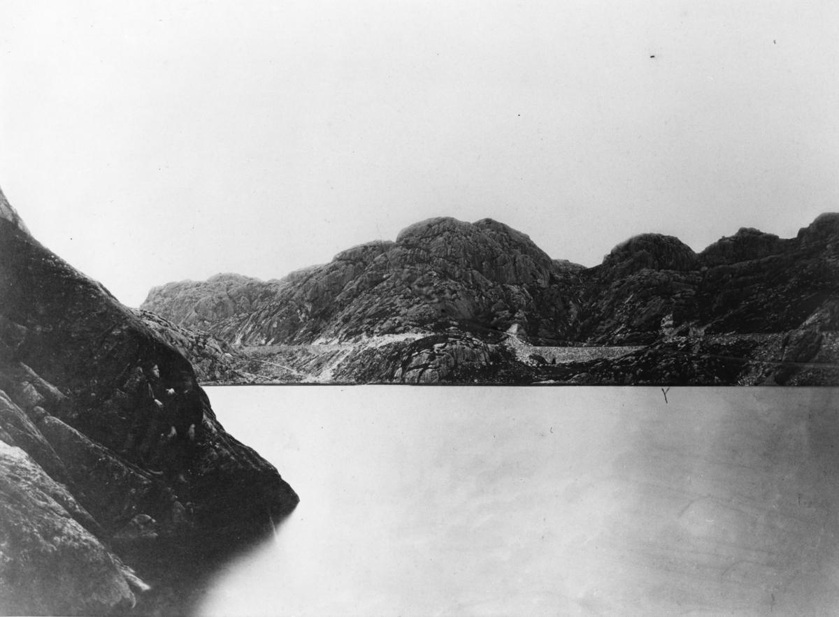 Blåfjellbanen under bygging ved Refsvatnet. Ved indre del av vannet ligger veien som ble benyttet før jernbanen ble ferdig i 1870. Malmen ble da kjørt med hest frem til vannet, deretter rodd over vannet og deretter videre til Rekefjord