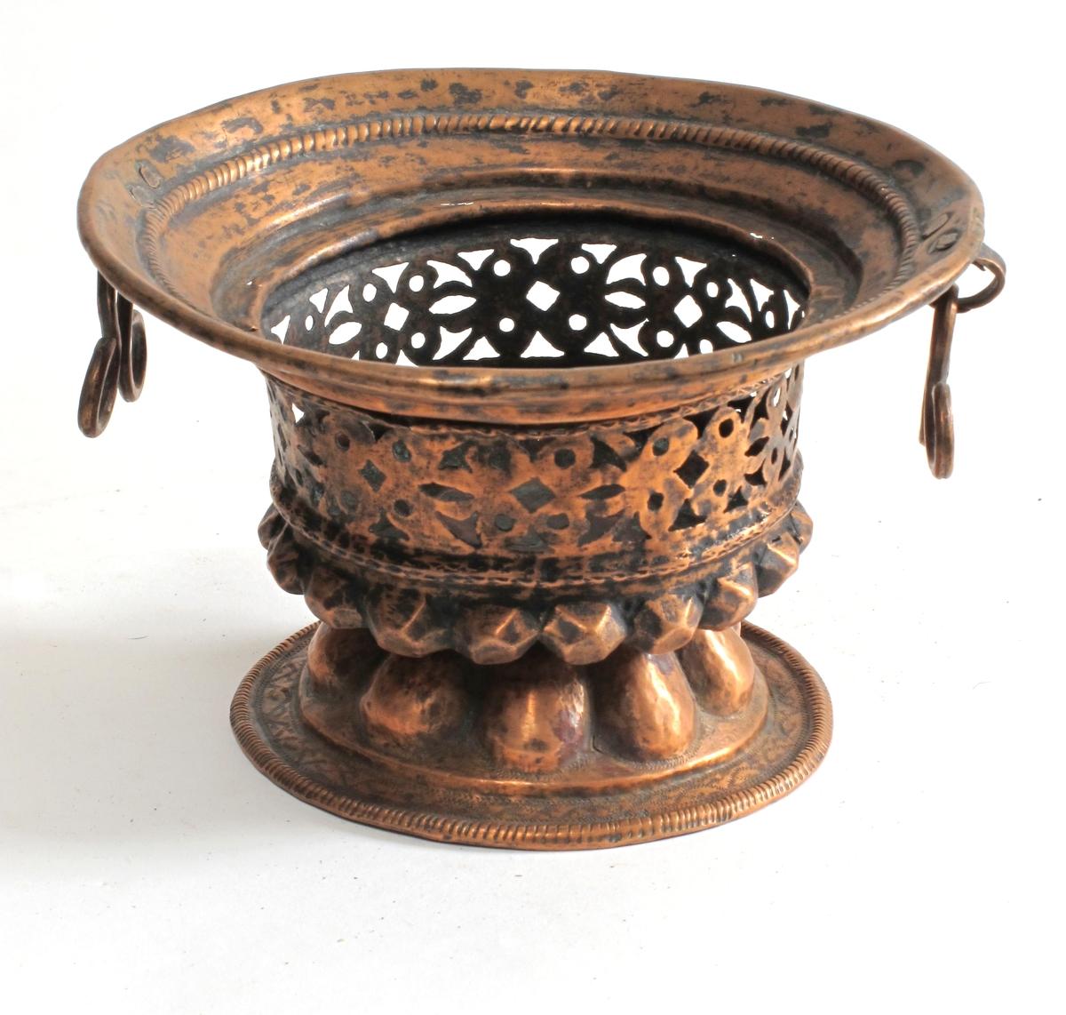 """Bord kantede """"knopper""""/ bord i gjennombrutt mønster."""