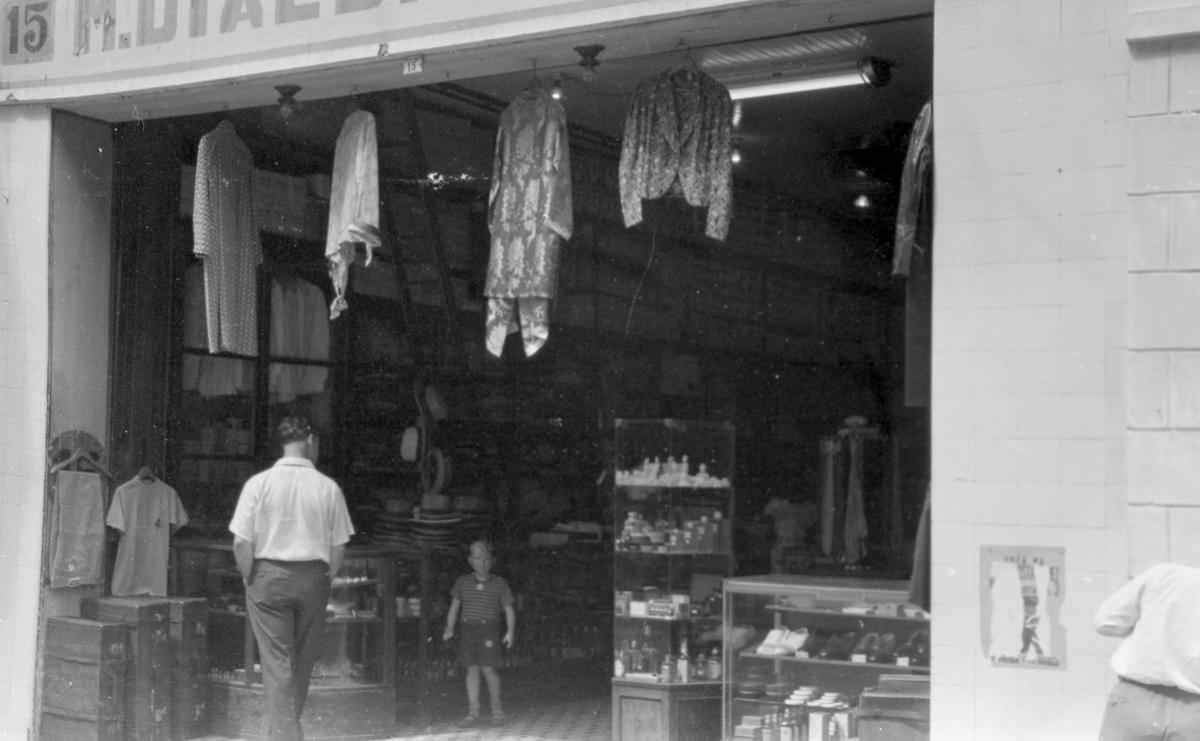 Gateparti i Willemstad. Inngangspartiet til en butikk med bla. klær og sko. Suderøy på vei til fangstfeltet.