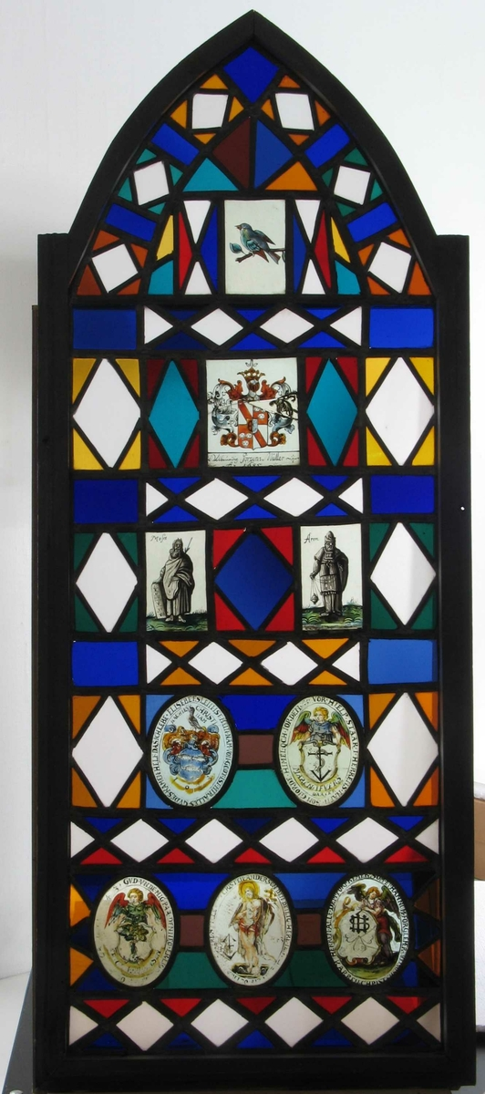 Sammendrag motiver:  A 1 : Øverst :  Liten fugl  i grønt, gult, rosa og sort på en gren med kirsebær.  A 2 : Våpenskjold med tekst  Jörgen Möller  A 3  og  A 4 : Noah  med spade og Jacob med vandringsstav. A 5 : Våpenskjold med tekst Lorentz Höyer 1643. A 6 : Engel , tekst med navnet Hans Hansen A 7 :  To blomsterkranser, årstall 1643 A 8 : Kristus på korset, årstall 1643  A 9 :  Skjold og en engel, navn Hanne Christens Dater B 1:  Øverst: Liten fugl mot ufarget lys bakgrunn B 2 : Våpenskjold med tekst  Jörgen Müller Ao 1685  B 3  og B 4 :  Moses med tavlene og Aron  B 5 :  Våpenskjold med 3 fisker tekst med navnet Elisabet Slein B 6 :  Skjold med navnet Maren Ifvers Daater.  B 7 :  Engel som holder et våpenskjold. Tekst med navnet Erick Tørrensen  B 8 :  Oppstanden Kristus med seierfanen. Tekst med navnet Christen Anderson B 9 :  Stående engel. Tekst med navn  Karren Christens Dater