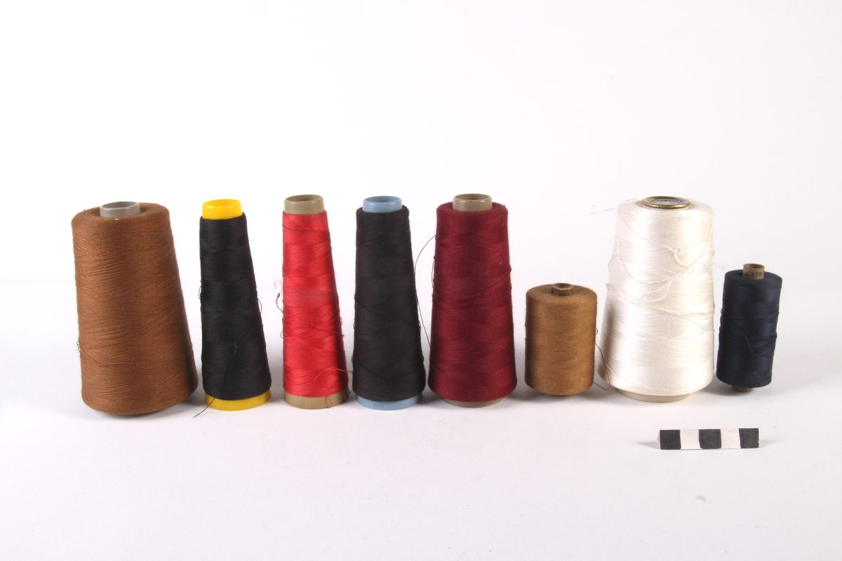 En samling med forskjellige spoler med sytråd.