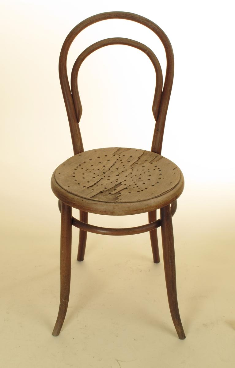 To stoler av Thonet-typen. Bakben og rygg er sammenhengende  bøyd tre, ryggen er jevnt rundet,  med en mindre bue innenfor. Sirkulært sete, som opprinnelig  har hatt rotting (huller under sargen).  Under setet en ring som forbindelsesledd mellom benene.