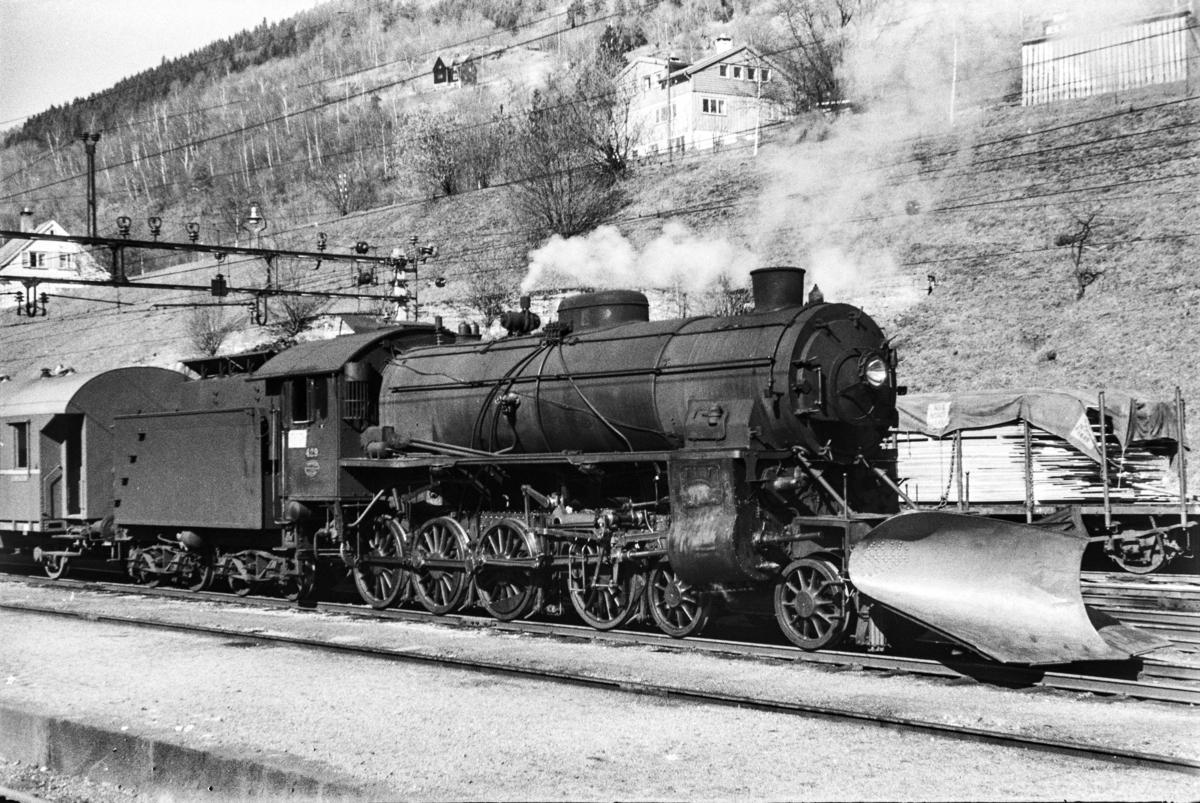 Damplokomotiv type 31b nr. 429 med ekstratog retning Ål. tog 7650, i anledning hjemreisen 2. påskedag.