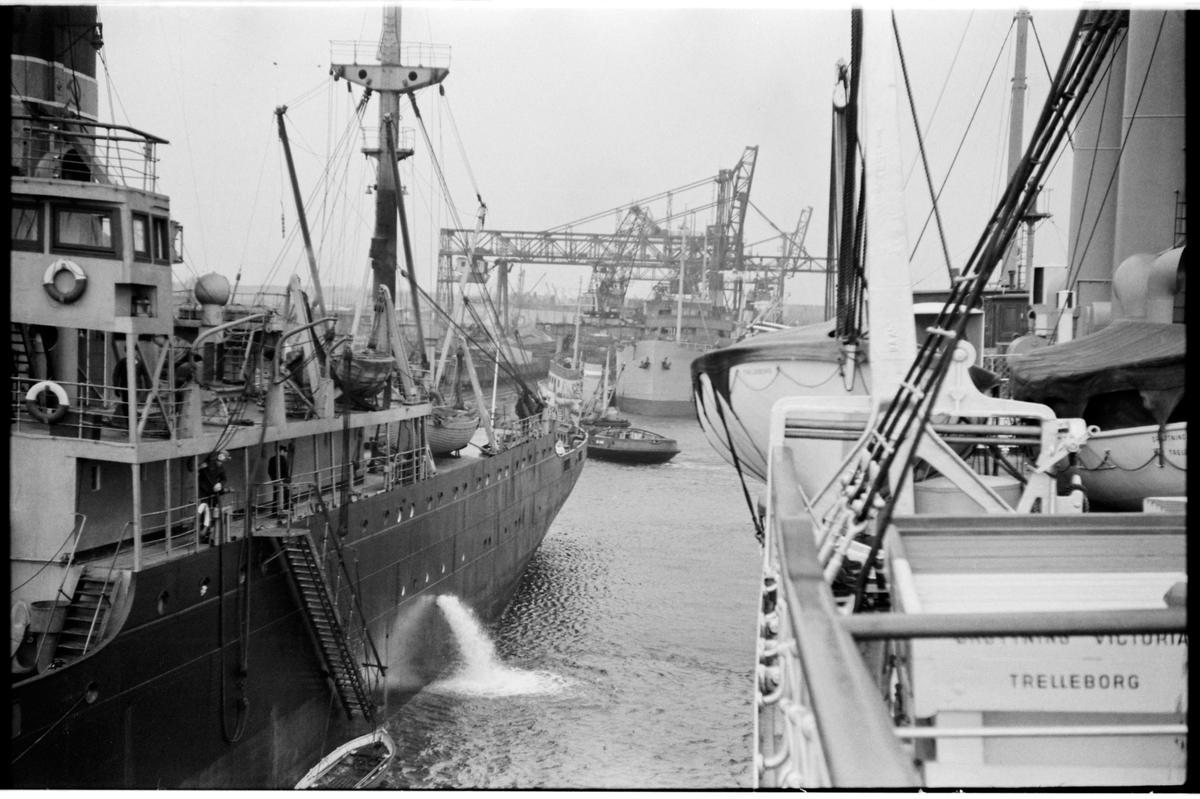 Fartyg och tågfärja S/S Drottning Victoria vid hamn i Gdansk.
