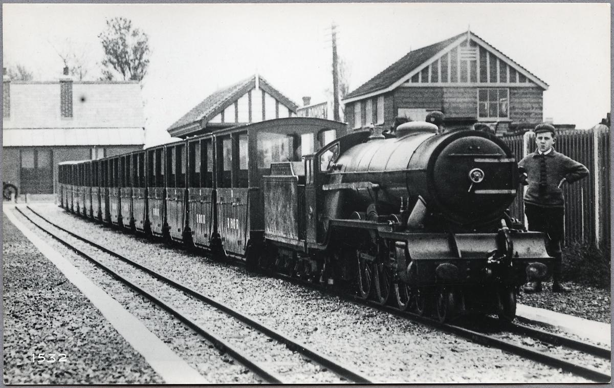 Ett av loken med persontåg på Romney, Hythe and Dymchurch Railway.
