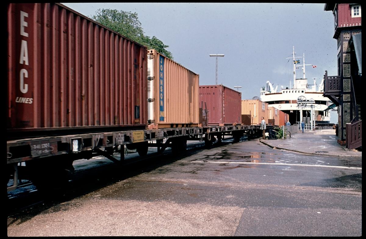 Godsvagnar vid färjeterminal. Tågfärjan M/S Malmöhus.