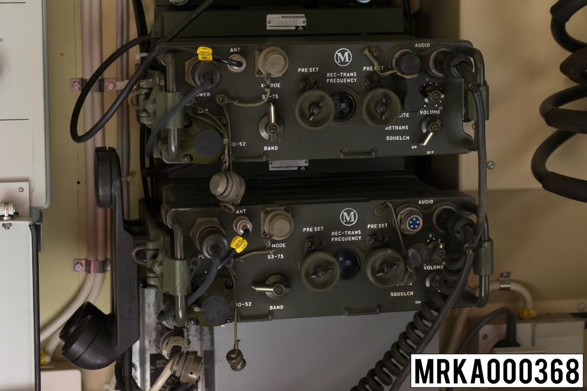 Ursprungsbenämninf: Sändtagare 146 A Ursprungsbeteckning: TADIR-9095001  Allmänt: Stationen består av sändtagare med batterienhet, antenn och handmikrotelefon. Strömförsörjningen skedde från uppladdningsbara batterier eller från kraftaggregat. För batterierna finns en speciell batteriladdare. Vid fordonsinstallation användes ett speciellt kraftaggregat med inbyggd högtalare och reglage för antennanpassning. Utförandet är i halvledarteknik.  Beskrivning: Data: Frekvensområde: 30,0 – 75,95 MHz uppdelat på två band Band A: 30,0 – 52,95 MHz Band B: 53,0 – 75,95 MHz Kanalseparation: 25 kHz Sändareffekt: 1,5 – 4 W Modulationsslag: FM Transmissionstyp: Simplex, telefoni Kanalantal: 920 st Antenner: Marschantenn, normalantenn, fordonsantenn eller högantenn Räckvidd: Marschantenn: 7 km Normalantenn: 12 km Högantenn: 25 km Kraftförsörjning: Batterilåda eller från kraftaggregat