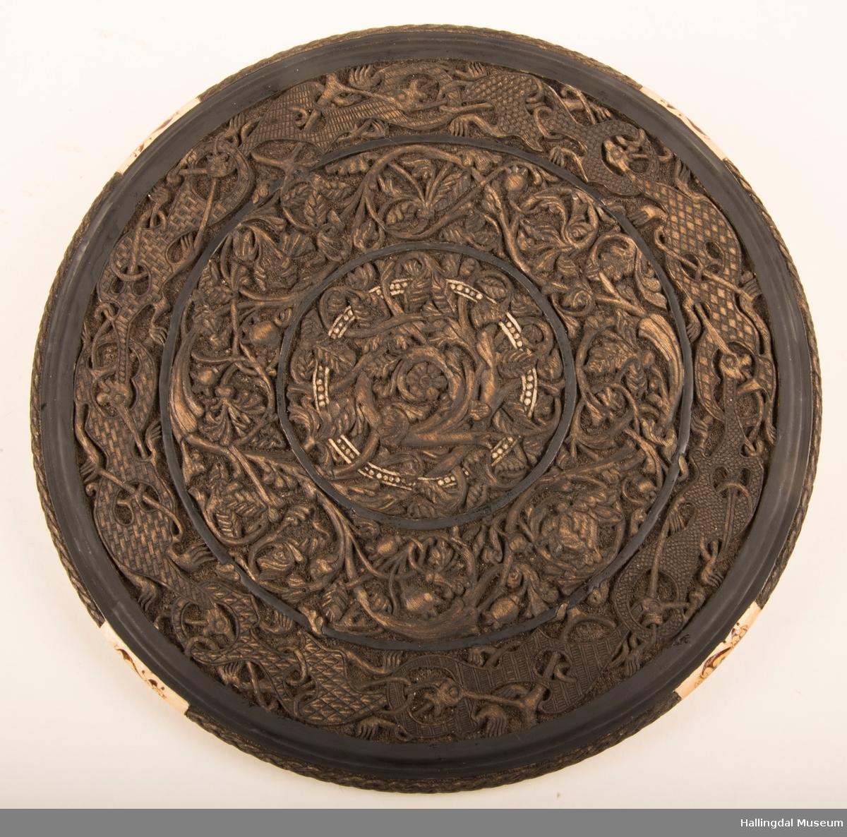 Motiv fra norrøn mytologi, blomsterranker og draker