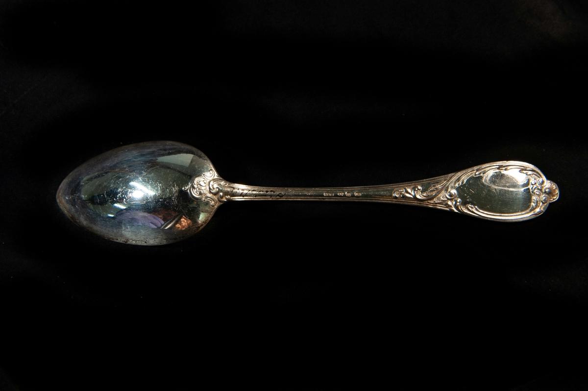 En soppsked av silver. Modell i rokokostil.  Jfr JM 19937:a-j.