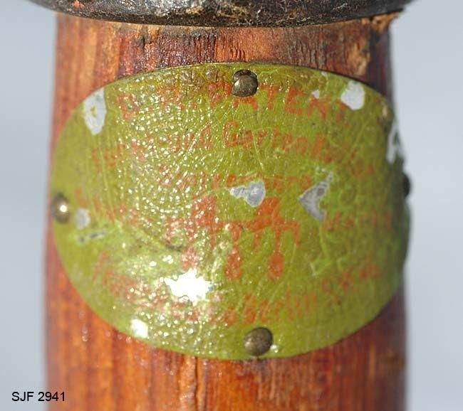 Håndvalseharv, konstruert for bruk som jordbearbeidingsredskap i skogplanteskolene. Redskapet har et 152 centimeter langt runddreid treskaft med 3,9 centimeters diameter. I den ytre enden av dette skaftet er det påtredd og fastskrudd en jernholk med en U-formet forlengelse. Endene på denne U-formete jernkomponenten er klinket fast til den sentrale delen av ei anna, litt mer kantete bøyle av 5 millimeter tjulkt flattjern. Denne bøyla er 17 centimter bred og 8,5 centimeter høy. I ytterendene på begge sider er det påklinket tverrrstag, utført i samme materiale, og ytterendene av disse ogjen er hengslingspunkter for to valser, en på hver side. Den ene av disse valsene har tre åttetakkete stjernehjul av stål med mellomliggende hardtretapper. Den andre er todel, med seks klonstrisk monterte U-formete jernkomponenter (med den runde sida utovervendt) på hver side. Både «stjernetakkene» og de U-formete jernene skulle fungere som kniver og bidra til å smudre jorda. På den måten håpte man å frigjøre mineralnæring og absorbere fuktighet på en bedre måte.   Den er konstruert av preusseren Georg Karl Spitzberg og produsert i Berlin. Spitzberg konstruerte en rekke nye kulturredskaper.