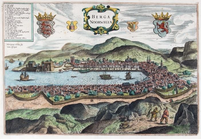 Kobberstikk av BERGEN i Norge fra 1657. Ser byen og Vågen omkranset med fjell samt to personer som går på en sti.