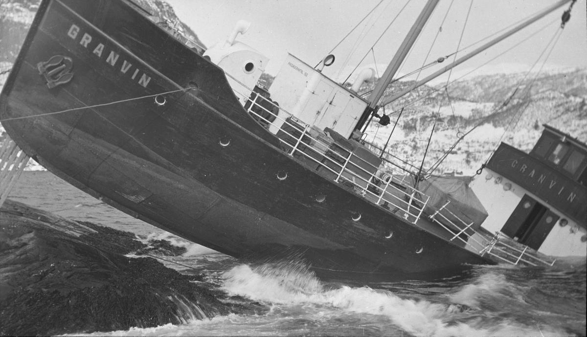 GRANVIN har gått på land, 21. februar 1933, ved Tjuvaholmen nord for Øystese.