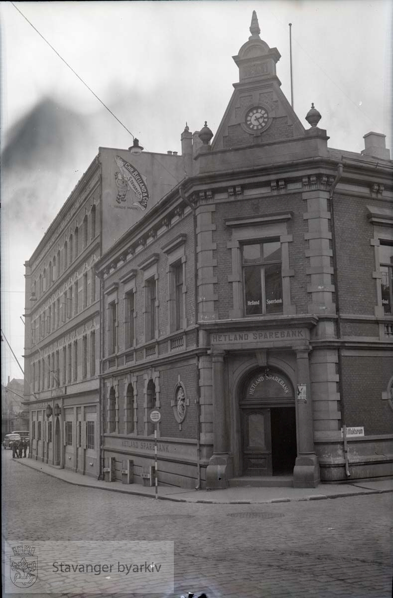 Chr. Bjelland og Bøndernes Bank i bygget til venstre..Plakat for Nasjonal Samling (NS) på høyre søyle...Tidligere lokaler for Stavanger Privatbank (Kjøpt av Hetland Sparebank i 1928)