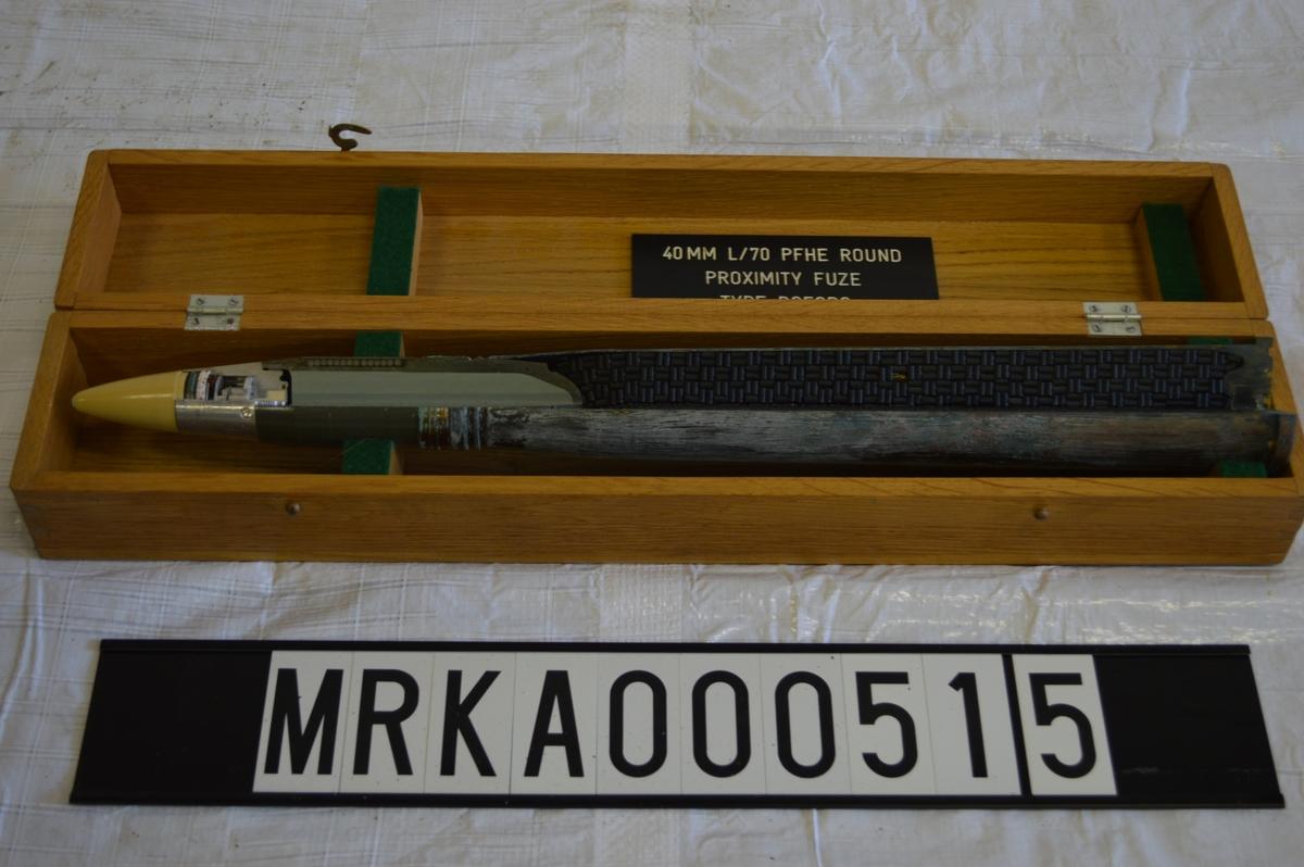 Zonröret (gul) åstadkommer att granaten briserar på ett förutbestämt avstånd från målet. Sprängladdning (grå) med omkringliggande metallkulor ger en stor mängd splitter som tränger djupt in i målet. Hylsa med drivladdning (svart) och tändskruv driver granaten mot målet.