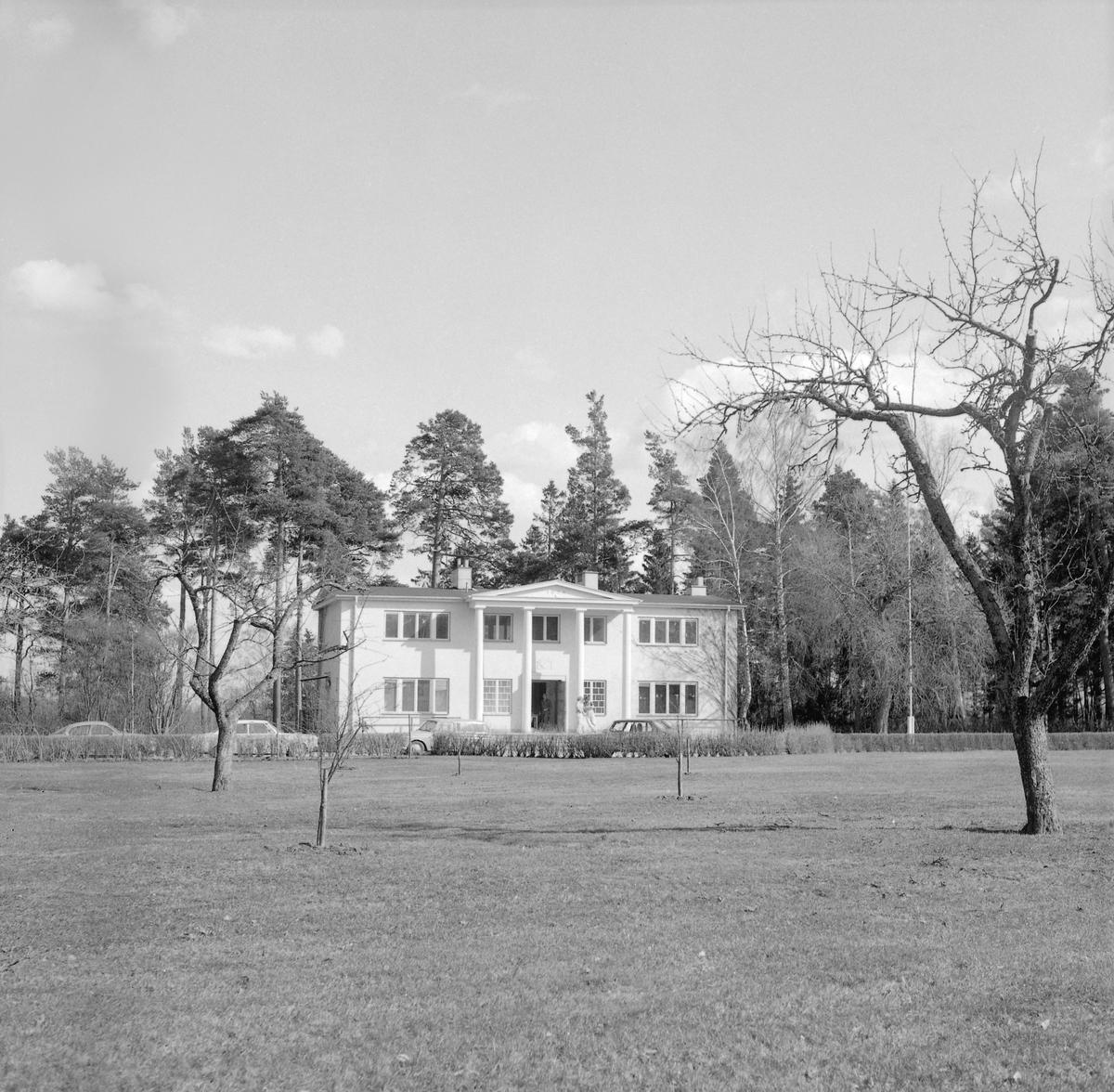 Disponentbostaden till Svenska Chokladfabriks AB (sedermera Cloetta) i Ljungsbro. Uppförd 1934 fördelad på sju rum och kök. Här dokumenterad av Östergötlands museum 1975.