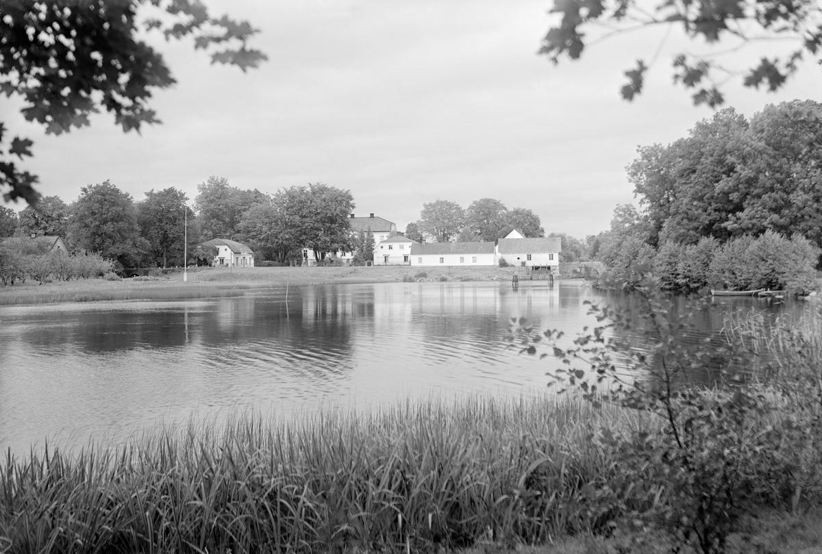 Brokinds slottsanläggning ligger vackert på en smal landbrygga mellan sjöarna Järnlunden och Lilla Rengen. Huvudbyggnaden uppfördes omkring 1730 efter att en äldre slottsbyggnad eldhärjats 1726.