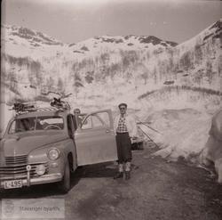 Vinterlandskap, gammel bil, kjennemerke L-495