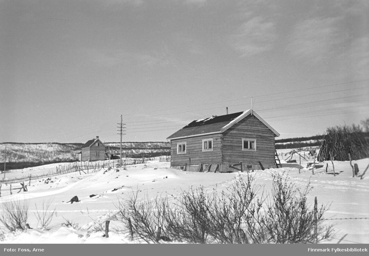 To tømmerhus på veien Tana-Vadsø, februar-mars 1947.