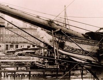 Motivet viser baugsprydet til barken GROSSHERZOG FRIEDRICH AUGUST, bygget 1914. Skipet ble senere omdøpt til STADSRAAD LEHMKUHL. gallionsfigur av hertug Friedrich August. Gallionsfiguren som prydet barken er storhertug Friedrich August av Oldenburg.