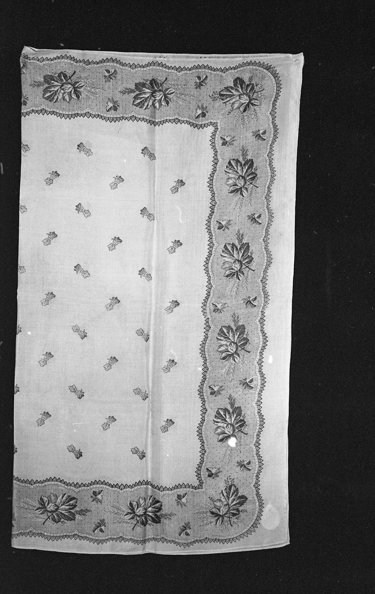 silkesjal med trykk av grå blomster.