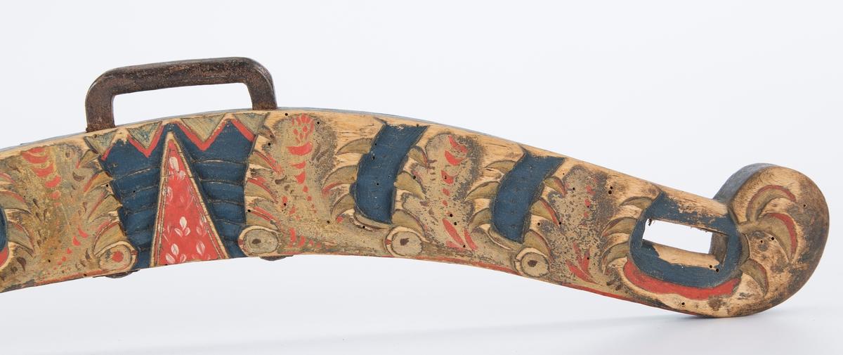Bogtre tskjæringer og malt dekor. Høvre også malt med malt dekor og dyr.