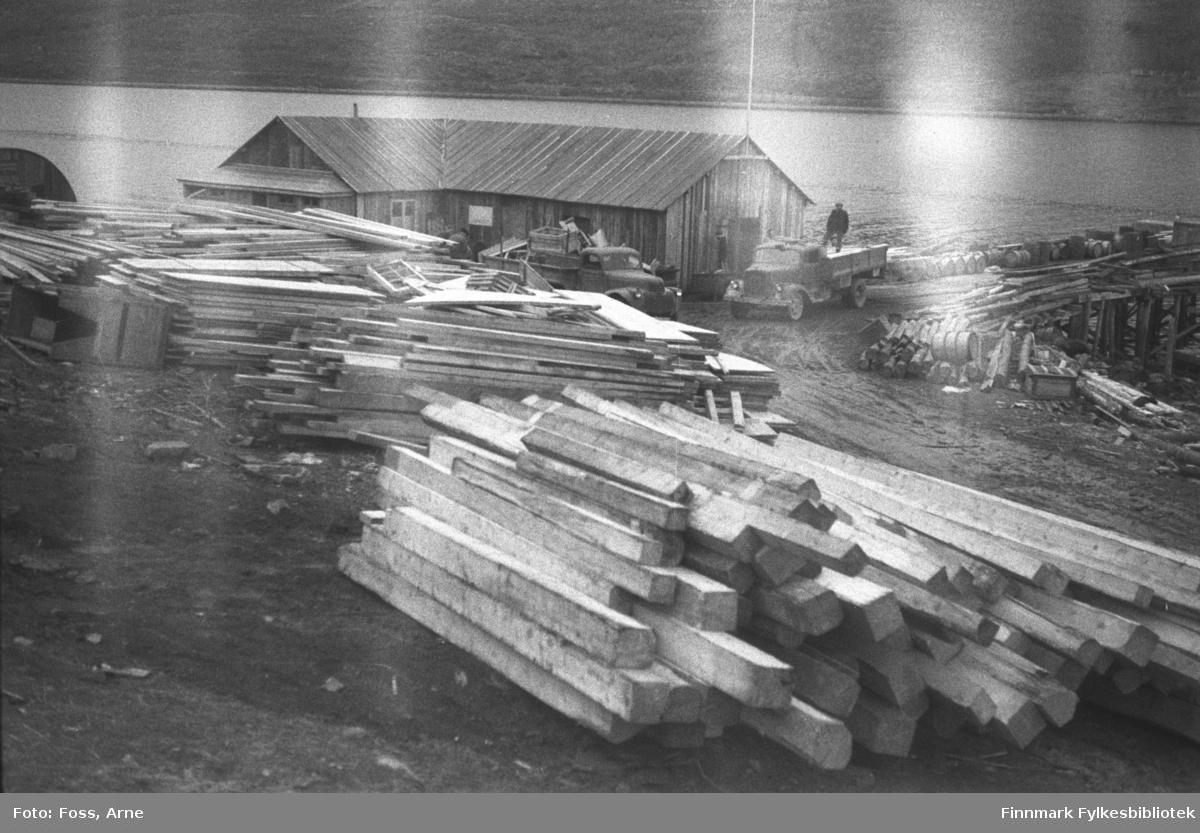 Mest sannsynlig fra Smalfjorden, i mai-juni 1947. Masse byggevarer ligger på kaia-området. (fra samme sted FBib.96005-277 og FBib.96005-278).