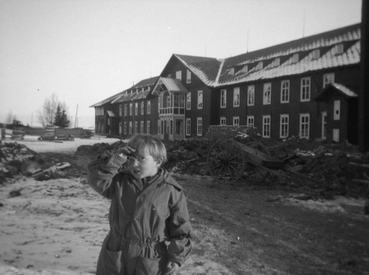 Liten gutt foran tidligere Gausdal Sanatorium, senere Gausdal Høyfjellshotell.