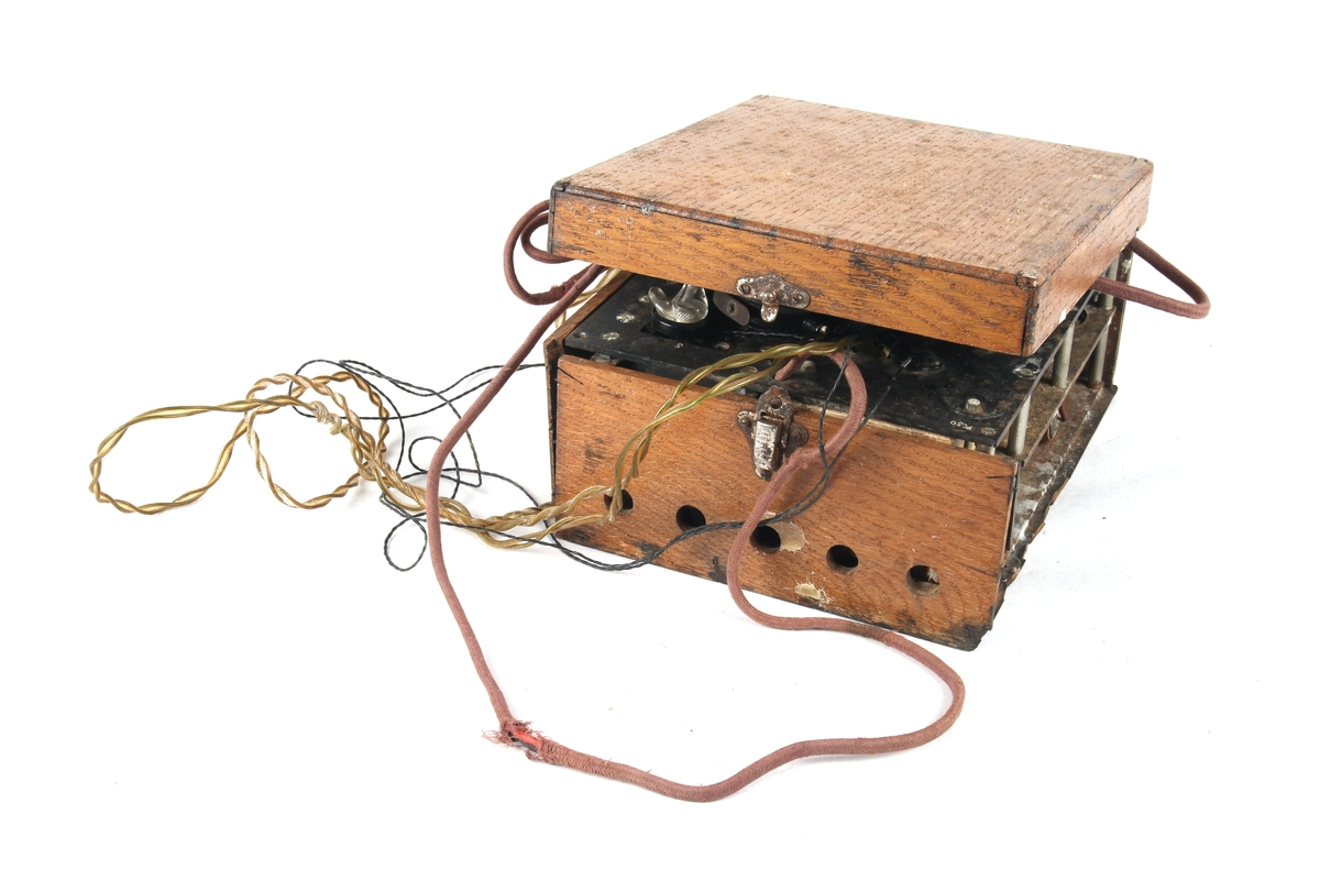 Hjemmelaget radiosender og mottaker med hodetelefoner