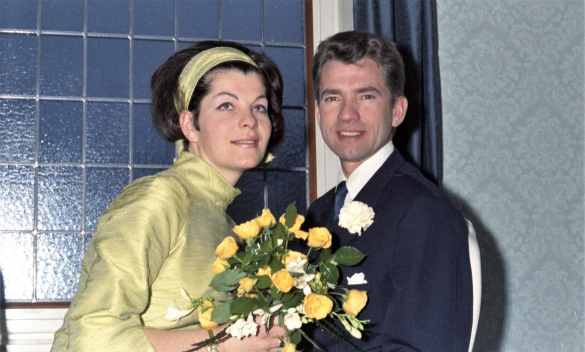 Portrett. Brudebilde. Ung kvinne og ung mann. Brudepar. Brud med forlover. Bestilt av Tannlege Nyborg. Skjoldev.