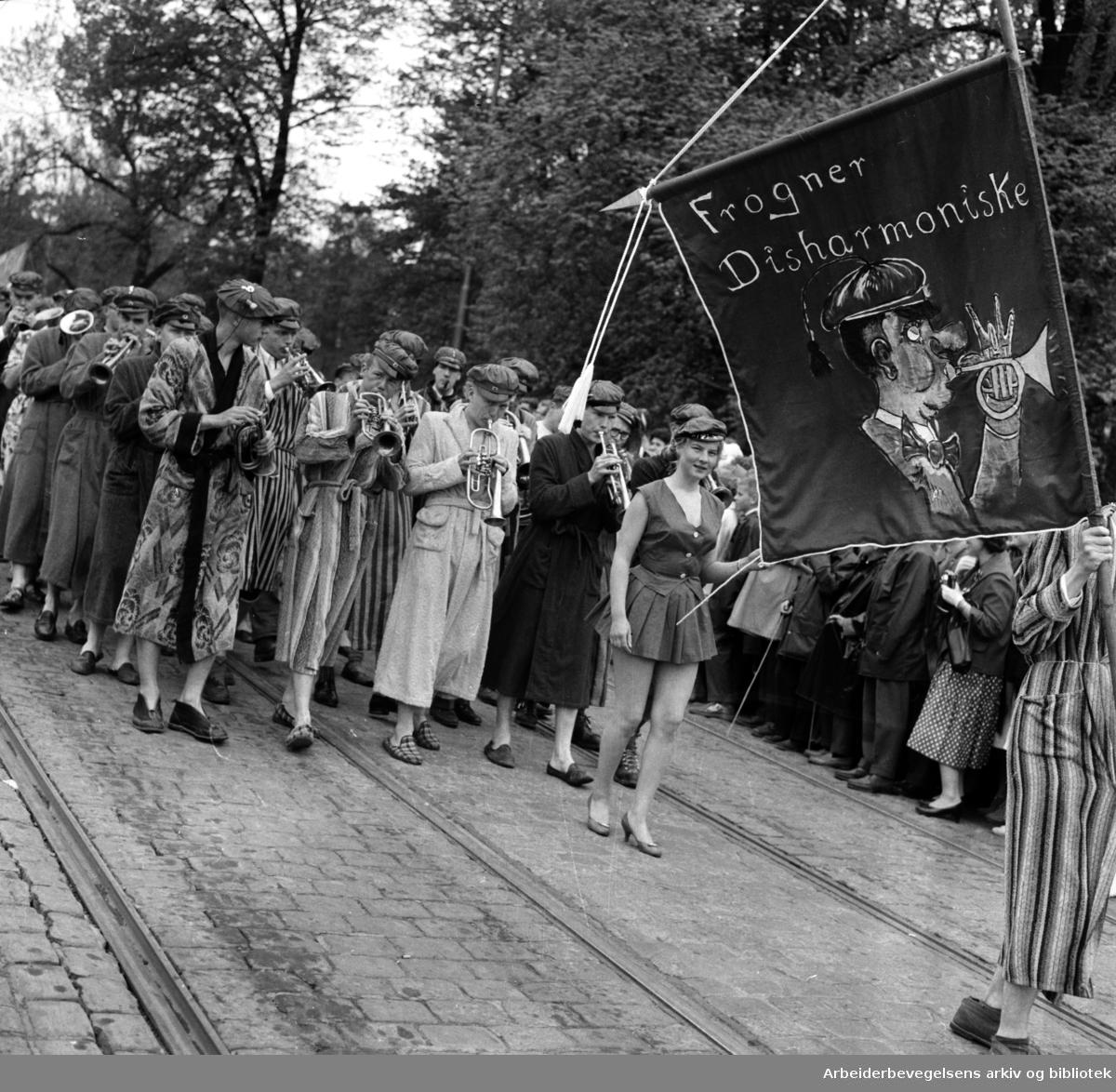 Russefeiring. Fanen til Frogner Disharmoniske. Drammensveien - nå Henrik Ibsens gate. Russetoget, 17. mai 1959.