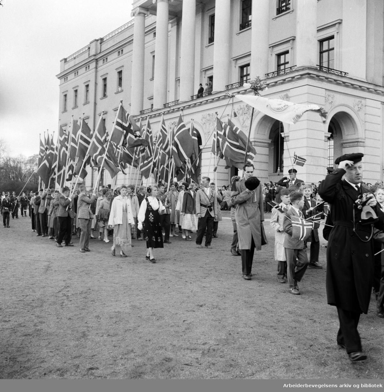 Flaggborg. Barnetoget passerer slottet. 17. mai 1957.