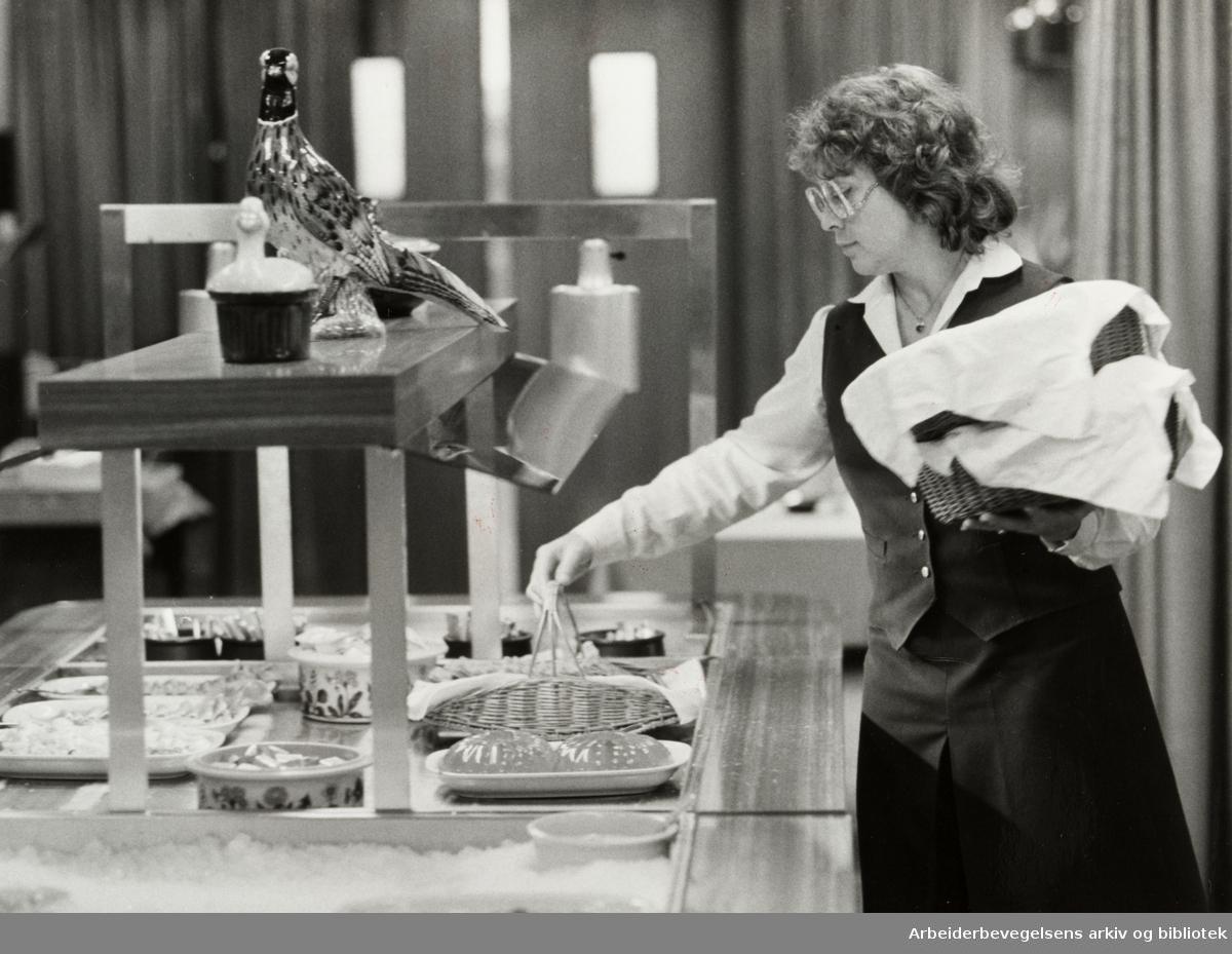 Linne Hotell. Servitør Anne Lindahn gjør i stand lunsjbordet. November 1982